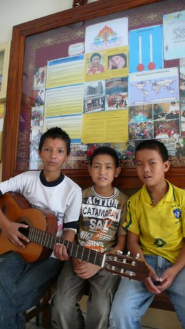 幼有所長(2007年尼泊爾Rokpa Home 小朋友為遠客彈唱)